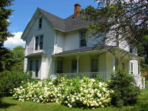 Nice farmhouse! I would live here. love the porch. this is one of my dream houses.