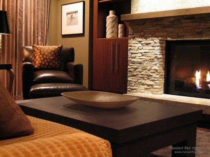 Камин с декоративным камнем в гостиной