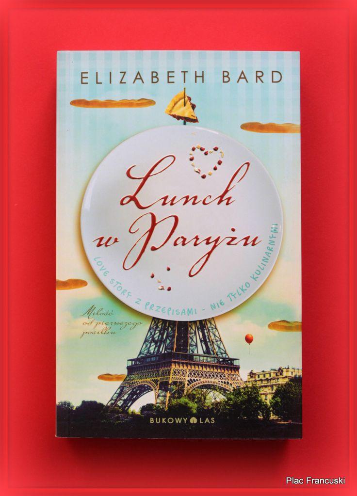 """Książka dla Ciebie i na prezent -  """"Lunch w Paryżu"""" w księgarni PLAC FRANCUSKI. Z pozoru zapowiada się trywialnie, on i ona, Francuz i Amerykanka. Jednak strona po stronie coraz bardziej zagłębiamy się nie tylko w codzienne życie w Paryżu, ale w zderzenie dwóch kultur pociągające za sobą pytania o wspólną przyszłość i cele w życiu. Nie tylko dla fanów gotowania aczkolwiek dołączone przepisy palce lizać."""