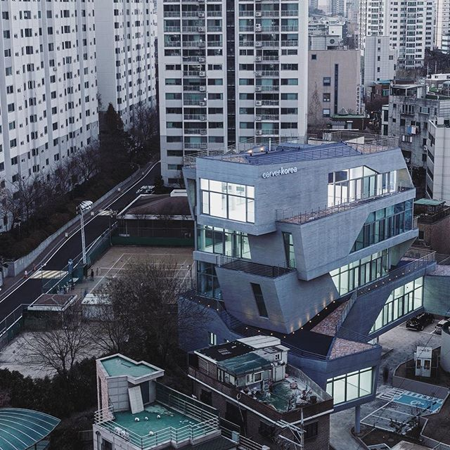 Our #ProjectOfTheDay is Unicity by D Werker Architects/ The headquarters and research center of Carver Korea, a cosmetic business in South Korea, offers elevated outdoor spaces for the workers to break outside/ Discover the full project on Architizer.com .  .  .  .  #architizer #architecture #southkorea #carverkorea #unicity #dwerkersarchitects