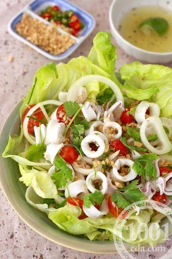 Салат с кальмарами и листьями салата