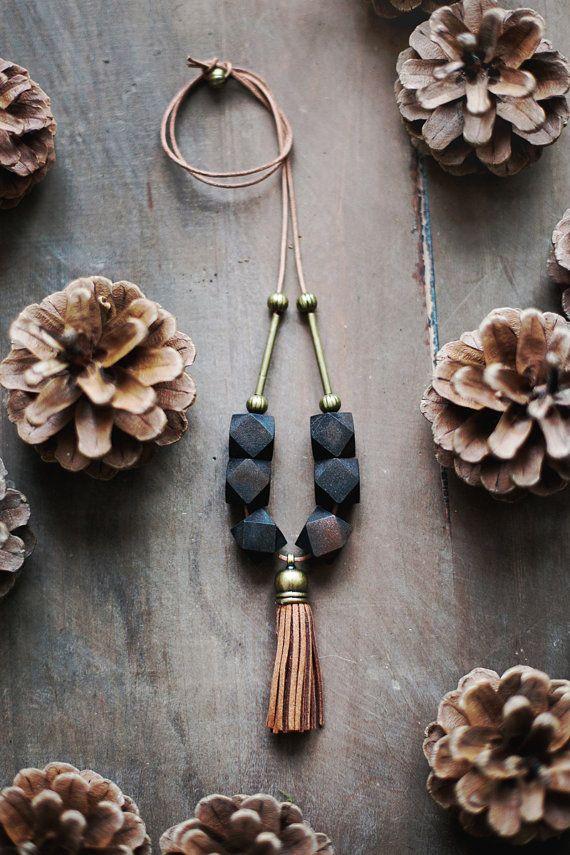 Collier Boho    À partir des perles en bois bruns, détails en laiton, cordon en cuir.    Ce collier est denviron 78cm de longueur (30,7 ) et de