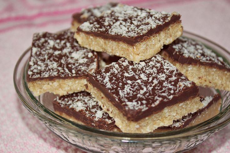 I dolcetti al cocco e cioccolato senza cottura sono dei dessert molto semplici da realizzare ma che piaceranno proprio a tutti. Ecco la ricetta