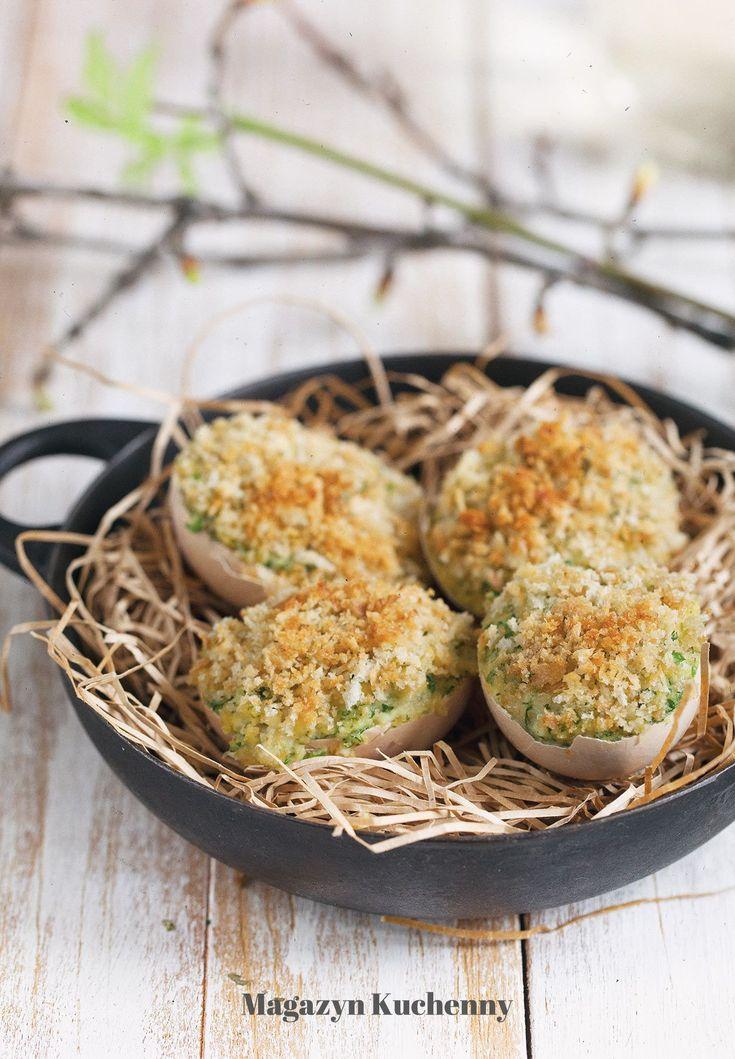 Jajka faszerowane w skorupkach zapiekane. Lżejsza wersja jajek faszerowanych, bez smażenia. Jajka faszerowne w skorupkach z chrzanem i ziołami.
