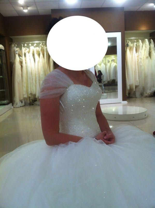 Pour votre heureux évènement, je propose en location une magnifique robe de mariée style princesse tulle. Le buste est entièrement perlé. La jupe est en tulle avec une petite traine (très gros volume) avec le laçage au dos.Cette robe est un modèle unique. Les épaules en tulle peuvent être retirées pour laisser uniquement le bustier.Convient du 36 ou 40.Accessoire fourni : - diadème argentée - le bouquet - voile de tulle. A louer sur www.placedelaloc.com !