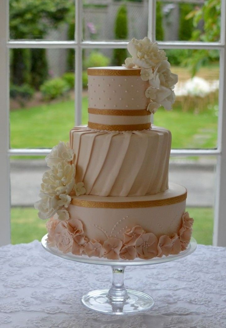 Classic and Elegant Tiered Wedding Cakes - MODwedding