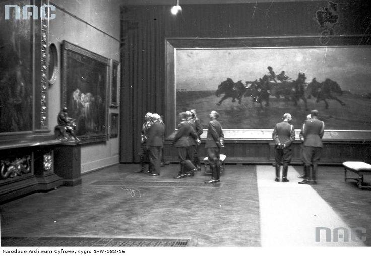 W 1936 r. Sukiennice odwiedził marszałek Edward Rydz-Śmigły ( pierwszy od lewej).