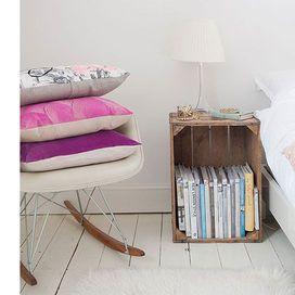 Decorare e arredare casa con il riciclo creativo è facile: le cassette di legno si prestano a diventare mensole, comodini, librerie...