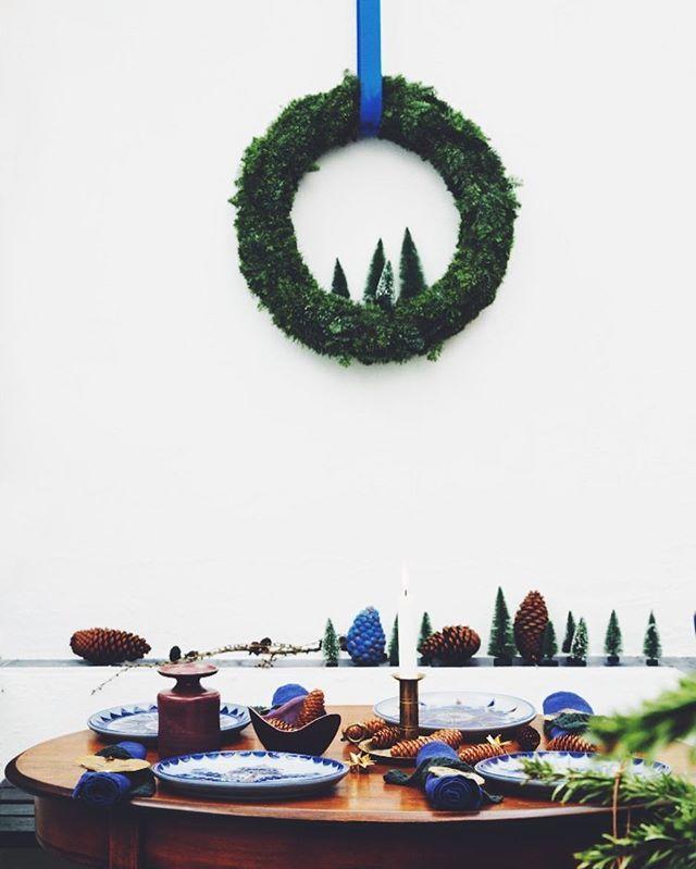 Med en simple krans i gran og et par små juletræer fra Søstrene Grene har du julens fineste krans 🌲Styling: @rikkegraffjuel Foto: @anittabehrendt #juleinspiration #altinteriør