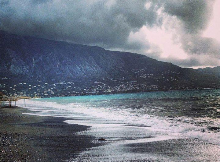 ΠΑΡΑΛΙΑ ΤΗΣ ΚΑΛΑΜΑΤΑΣ  Λούζεται από το μεσογειακό φως , η «πλάτη» της ακουμπά γλυκά στον Ταΰγετο, αγναντεύει περήφανα τη Μεσόγειο και είναι χτισμένη στη θέση των αρχαίων Φαρών, μέσα στην αγκαλιά του μεσσηνιακού κόλπου.   Καλωσήλθατε στην Καλαμάτα, μια πόλη να την πιεις στο ποτήρι!!