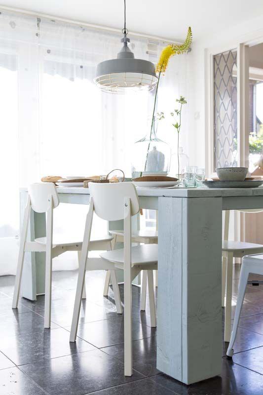 KARWEI | Aflevering 9: Door grote meubels, zoals deze eettafel, af te wisselen met ranke eettafelstoelen, ontstaat er een spannende mix. #karwei #vtwonen #doehetzelf #diy #eettafel #eetkamerstoelen