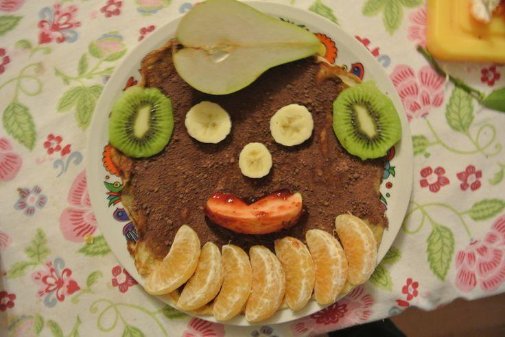 Zwarte pieten gezicht om op te eten.  een pannekoek met bruine suiker. Als oren kiwischijfjes. banaan voor ogen en neus. mandarijn voor kraag. peer als muts. appel met confituur als mond.  Je kan gerust ook andere soorten fruit gebruiken.