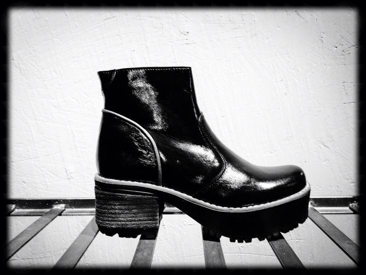 Botín de charol negro #booties #shoes #black #leather #cueronatural #diseñochileno #loultimoenmoda #vanguardia #lafabbrica #botin #charol