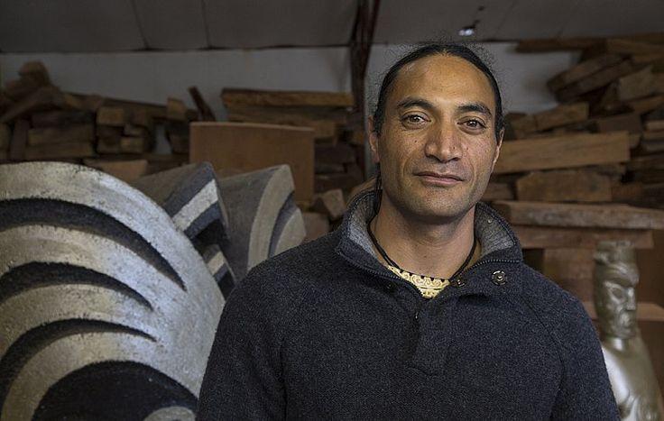 Делани Браун - главный мастер резьбы по дереву маорийского племени Туфаретоа (Ngāti Tūwharetoa). Работы Делани отличаются гармоничным сочетанием вековых традиций и тенденций в современном искусстве. | Культура и традиции маори | Ahipara Luxury Travel New Zealand #новаязеландия #маори #культура #традиции #тур #гид #экскурсия #скульптура #искусство