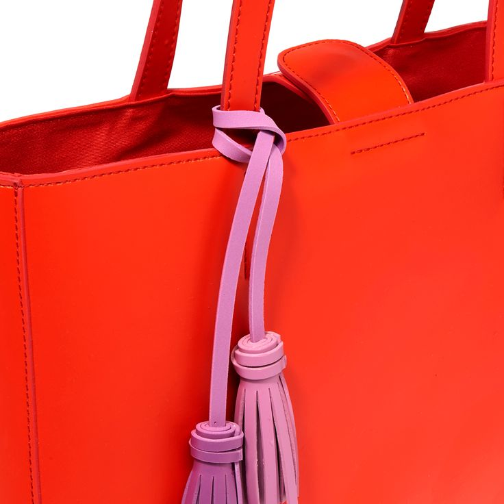 Elegant purple fringes give this shopping bag a modern touch.