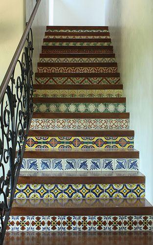 Tenha na sua casa uma decoração colorida e recicladacomretalhos de tecidos envelhecidos, cerâmica antiga, fotos do passado ou outras velha...