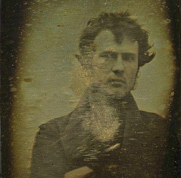 Autorretrato (1839), tirado por Robert Cornelius, um quimico e imigrante alemão em Filadélfia, tendo usado um daguerreótipo para tal.