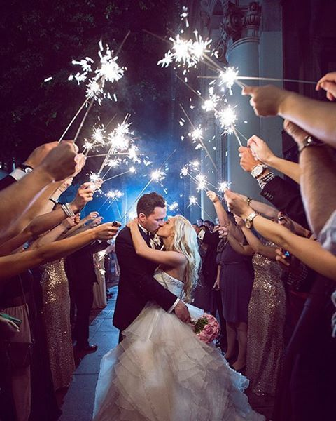 Sparkles! ✨ Que lindo jeito de celebrar a saída dos noivos na cerimônia. ✨…