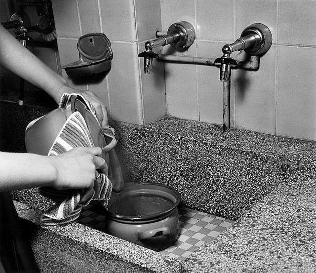 gootsteen mijn oma waste me op zo een aanrecht toen ik klein was want een douche was er niet.
