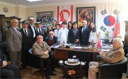 Izmir Yonder learners School Meets With Veterans our! Scope of 18 March Martyrs' Day week, Izmir Yonder school and their lives to learn airports representing the Student Union Representative, together with their homeland who disregard Veterans Veterans have visited the Association.