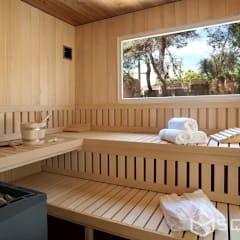 Saunahaus SQUARE XXL als Erweiterung der Finca - Fassade: weiße HPL-Platten : modernes Spa von SQUARE Saunahaus