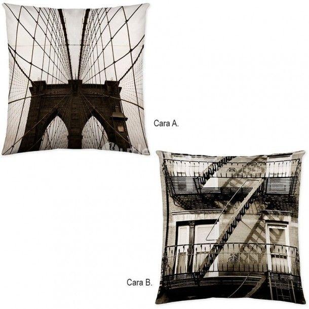 Cojín Decorativo NY BUILDINGS de la firma Naturals. Aparecen rascacielos y edificios emblemáticos de la ciudad de Nueva York, como es el Empire State o el puente de Brooklyn.