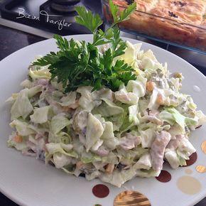 Bu salataya bayılıyorum uzun zamandır yapmamıştım eskiden çok sık yaptığım bir salataydı bu taaaa sekiz sene öncesi bu dediğim tarifini isteyen olursa veririm .beş çaylarına yakışan bir salata öneririm TAVUKLU SALATA 1adet tavuk göğsü (Benim yoktu bu defa 6 tane tavuk bağet haşladım ) Bir göbek salata 10tane kornişon turşu Yarım çaybardağı Mısır Bir büyük kase yoğurt 3diş sarımsak 3yk mayonez Tuz Tavuk haşlanır haşlarken biraz tuz atalım.turşu ve göbek salata doğranır serv...