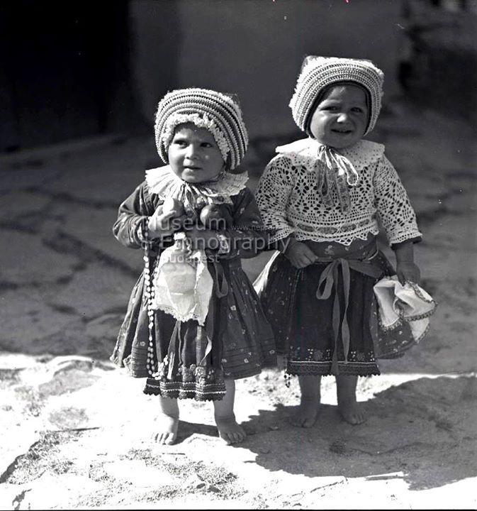 Hollókői kislányok ünnepi viseletben az 1930-as években. - Hungary