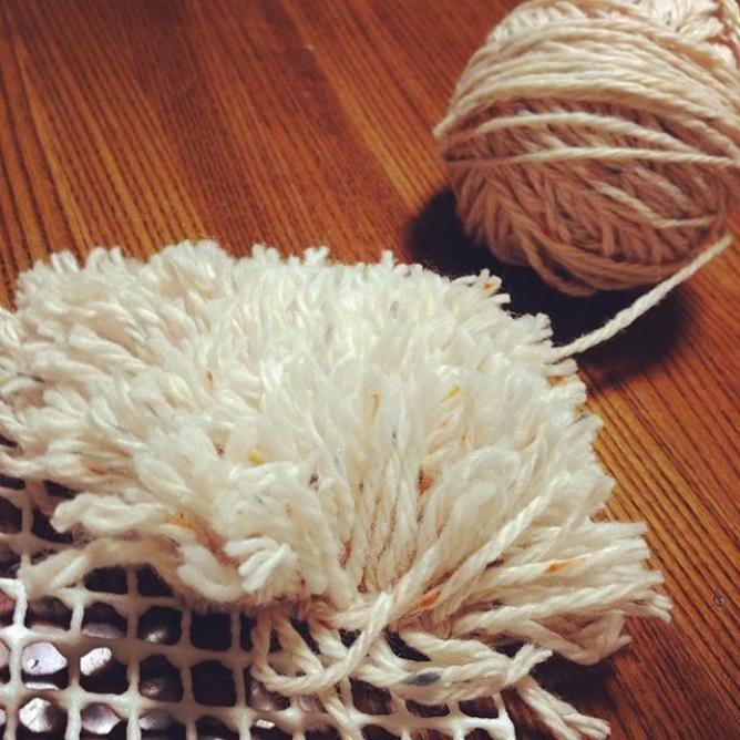 【100均DIY】滑り止めマットと毛糸でかわいいラグが作れる!自作ラグアイデアまとめ - Weboo
