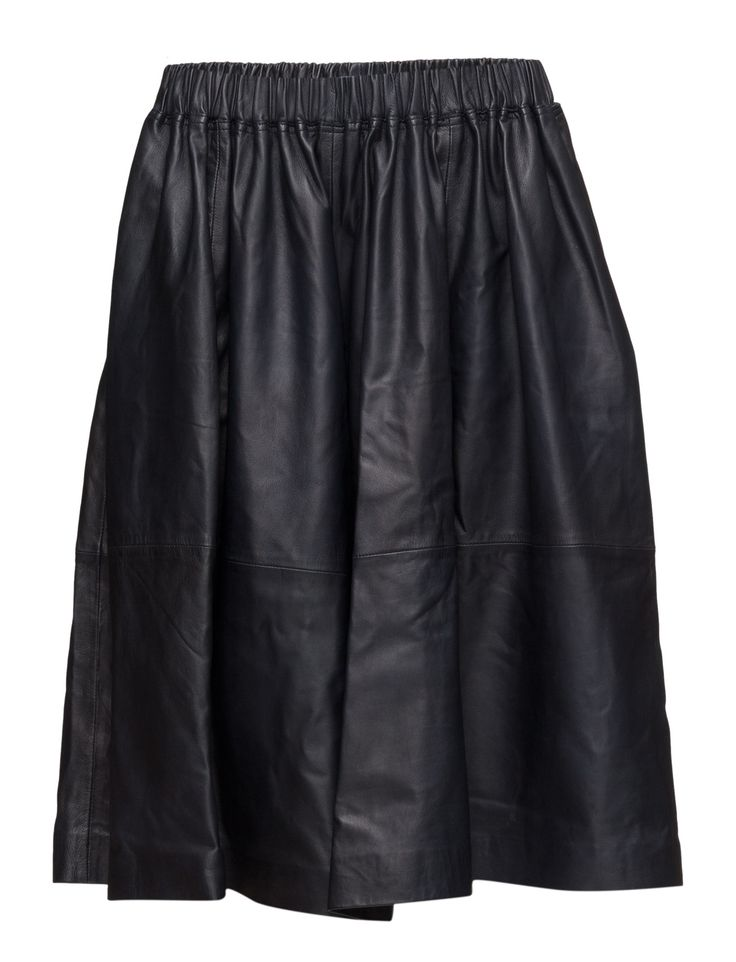 DAY - 2ND Winna Pleat details Cut below the knee Elastic waistband Slightly flared skirt Made from leather Cool Elegant sophistication with a modern twist Skirt