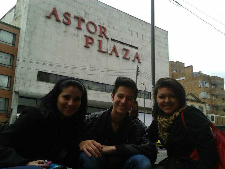 A la espera de otro dia mas junto a Fonsi, en las afueras del Astor Plaza listos para ver a Fonsi en las grabaciones d ela Voz Colombia Moni - Chris y Marce