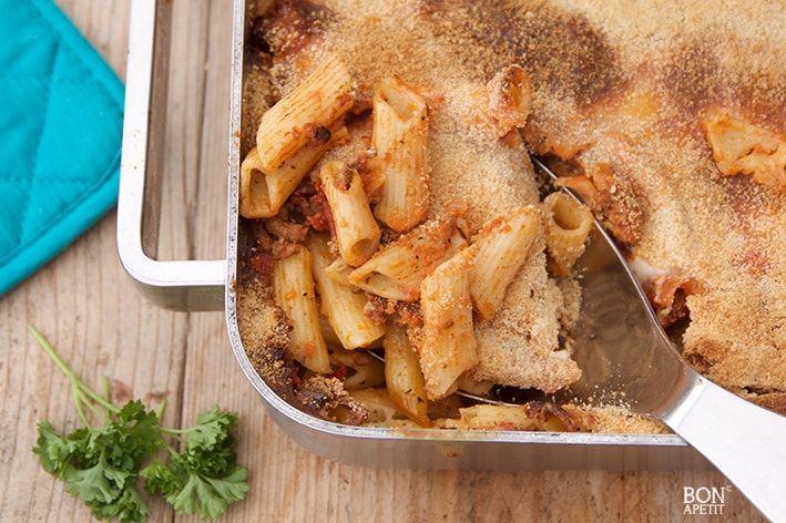 Pastitsio is van de lekkerste pasta-ovenschotels met heerlijke smaken van munt en kaneel. Wel wat werk, maar zeker de moeite waard! Recept op BonApetit!