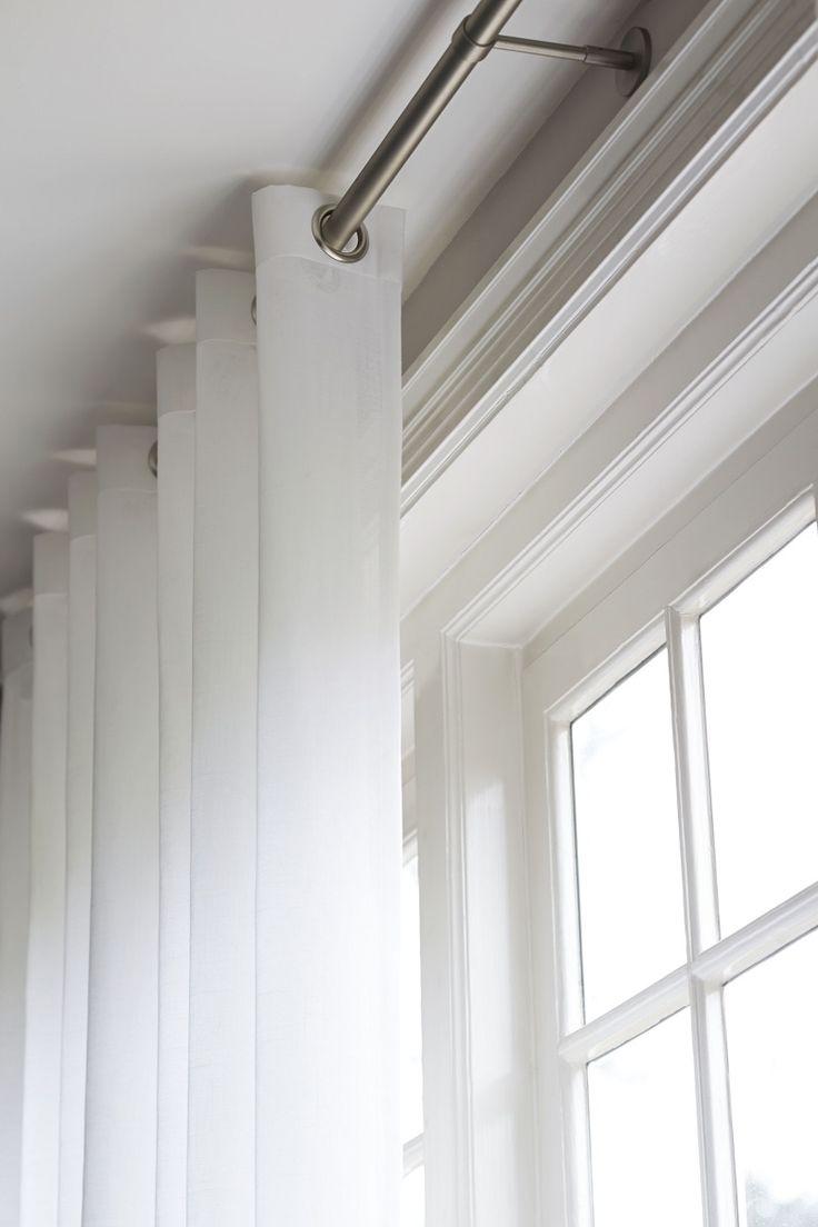 Gordijnen met ringen van bece. De stof is wit en lichtdoorlatend. #gordijnen #ringen #raamdecoratie #bece www.bece.nl