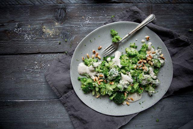 Wusstet ihr, dass man Brokkoli roh essen kann? Ich weiß nicht seit wann, aber lange weiß ich davon auch noch nicht. Vor kurzem gab es hier auf Foodlovin' ein Rezept für einen rohen Blumenkohl-Reissala