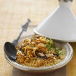 Scopri la ricetta del cuscus di pesce alla trapanese: segui i consigli di Sale&Pepe e presenta in tavola questo piatto unico buonissimo e bello da vedere.