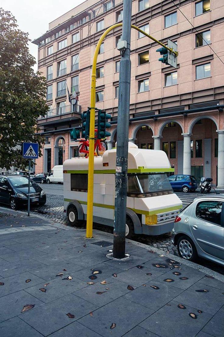LEGO outside LEGOLAND, ou quand des constructions géantes enLEGO débarquent dans notre réalité et envahissent les rues de Rome. Une série amusante imagin