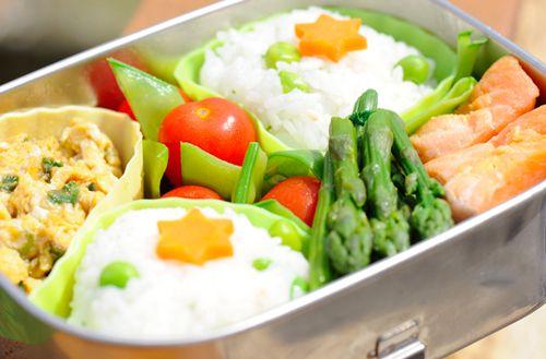 Вареный рис, приваренная спаржа, зеленый горошек, омлет, слабосоленый лосось и томаты. В спаржу можно добавить пару капель винного уксуса для вкуса.