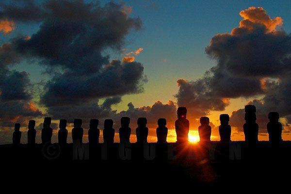 孤島に浮かぶ謎の石像群。モアイの島『イースター島』