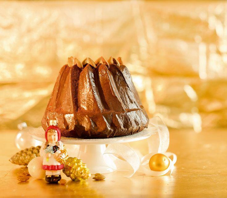 Dattel-Gugelhopf: Die Datteln geben diesem Gugelhopf neben Süsse auch viel Feuchtigkeit. Die goldene Krone aus Mandeln hat er zu Recht verdient. http://www.wildeisen.ch/rezepte/dattel-gugelhopf