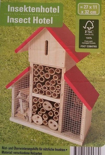 S O N D E R P O S T E N Insektenhotel Unser Insektenhotel wird mit Hilfe von natürlichen Materialien hergestellt und dient als Brut- und Überwinterungshilfe für z.B. Wespen, Bienen, Schmetterlinge und Florfliegen. Es eignet sich hervorragend für Garten, Terrasse und Balkon! Mit dem Nisten der verschiedenen Insektenarten benötigen Sie keine giftigen Chemikalien um das Ungeziefer von Ihren Pflanzen fernzuhalten. Das Insektenhotel sollte an einem sonnigen sowie regen- und windgeschützten Ort…