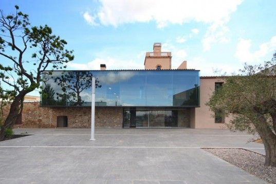 Ruins of 16th Century Spanish House Converted to Modern Academy