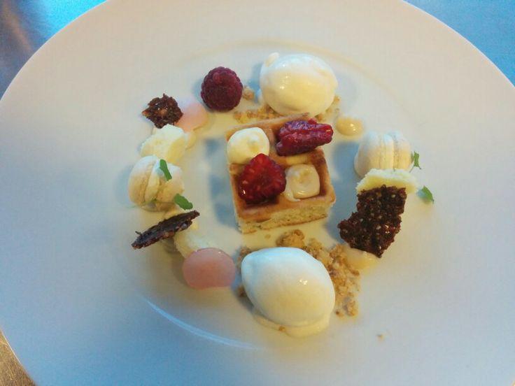 Witte chocolade/rozen dessert