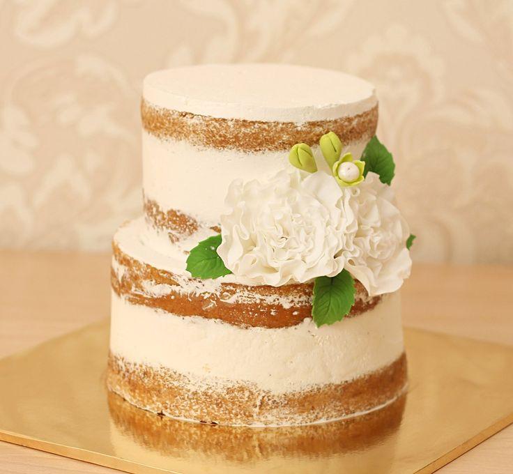 """Свадебный торт """"Белый пион""""  #nakedcake были хитом свадебных тортов в 2015 году и плавно переходят в 2016 😃   #голыеторты украшенные свежими ягодами или сахарными цветами. Такой торт запомнится гостям надолго. Невеста или мама невесты могут приготовить свадебный торт самостоятельно, если позволяет время. А если среди множества дел времени совершенно не хватает, то команда Абелло готовы сделать это за вас😉  На фото представлен нежнейший открытый торт, украшенный парой белых цветков…"""