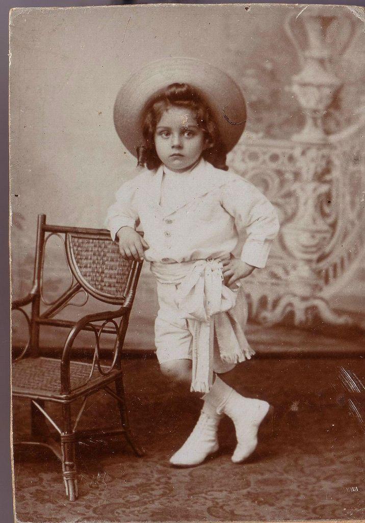 Старинные студийные фотографии kinderen Munchen 1900-1910 girl harp abt 1910 boy violin abt l910 chamber music l892 ------------- The Bohemian Twins Josepha and Rosa abt l882, carte visite, they must be 4-5 years here Rosa & Josepha Blažek - The Bohemian Twins Cabinet card circa 1895.…