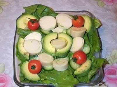Ensalada palta, palmitos y tomates