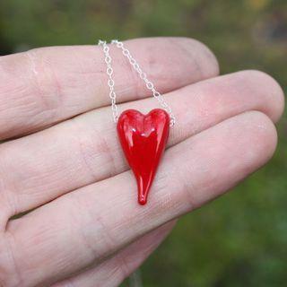 Sølvkjede med hjerte. Sterling silver chain with a lampwork heart.