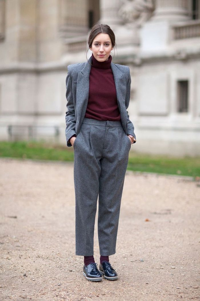 fca92ebe95e54 un ensemble tailleur femme chic de coupe garçonne couleur gris anthracite  porté associé à un pull