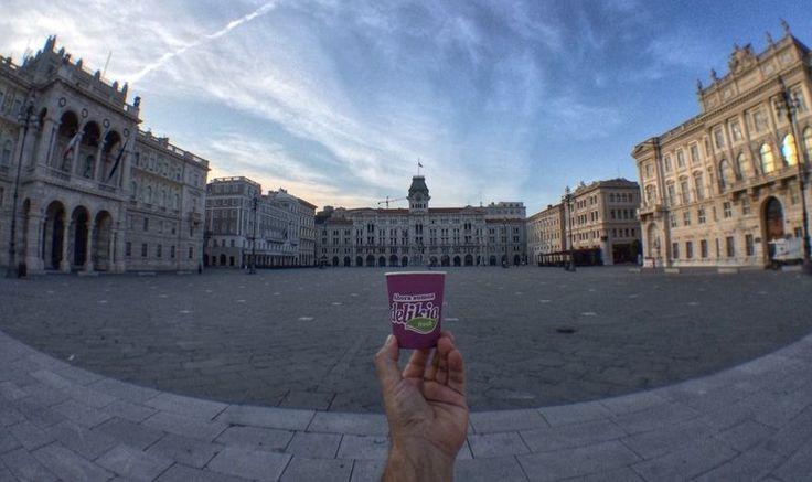 El #vasoviajero en Piazza della Unitá d´Italia. Trieste Italia, la plaza más larga de Europa que se encuentre frente al mar. #italia