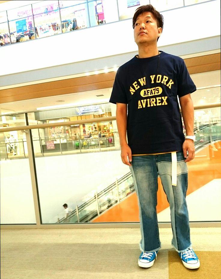 AVIREX EXPOCITY店/オススメTシャツ ネイビーと黄色がキレイなTシャツをシンプルにデニムに合わせました!! デザインに凹凸があるので1枚でもカッコいいです! モデル: 松下 モデル身長: 168cm 着用サイズ: XLサイズ
