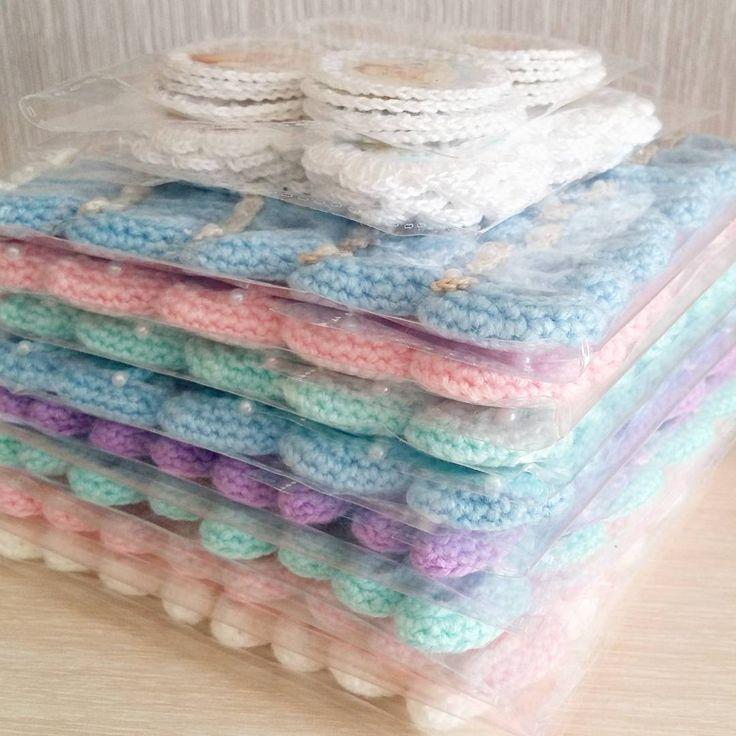 Стопочка пинеточек уже отправилась к хозяйке🍥💖 а я приступаю к новому заказу🙈Р.S. А кто угадает сколько пар пинеточнек на фотографии, тот получит приз💕💟 #scrapbooking #scrap #crochetscrapbook #knittinglove #декордляскрапа #инстамама #ручнаяработа #handmade #назаказ #украшенияскрап #дляскрапа #вяжутнетолькобабушки #цветочки #крючком #дляскрапа #скрапбукингмосква